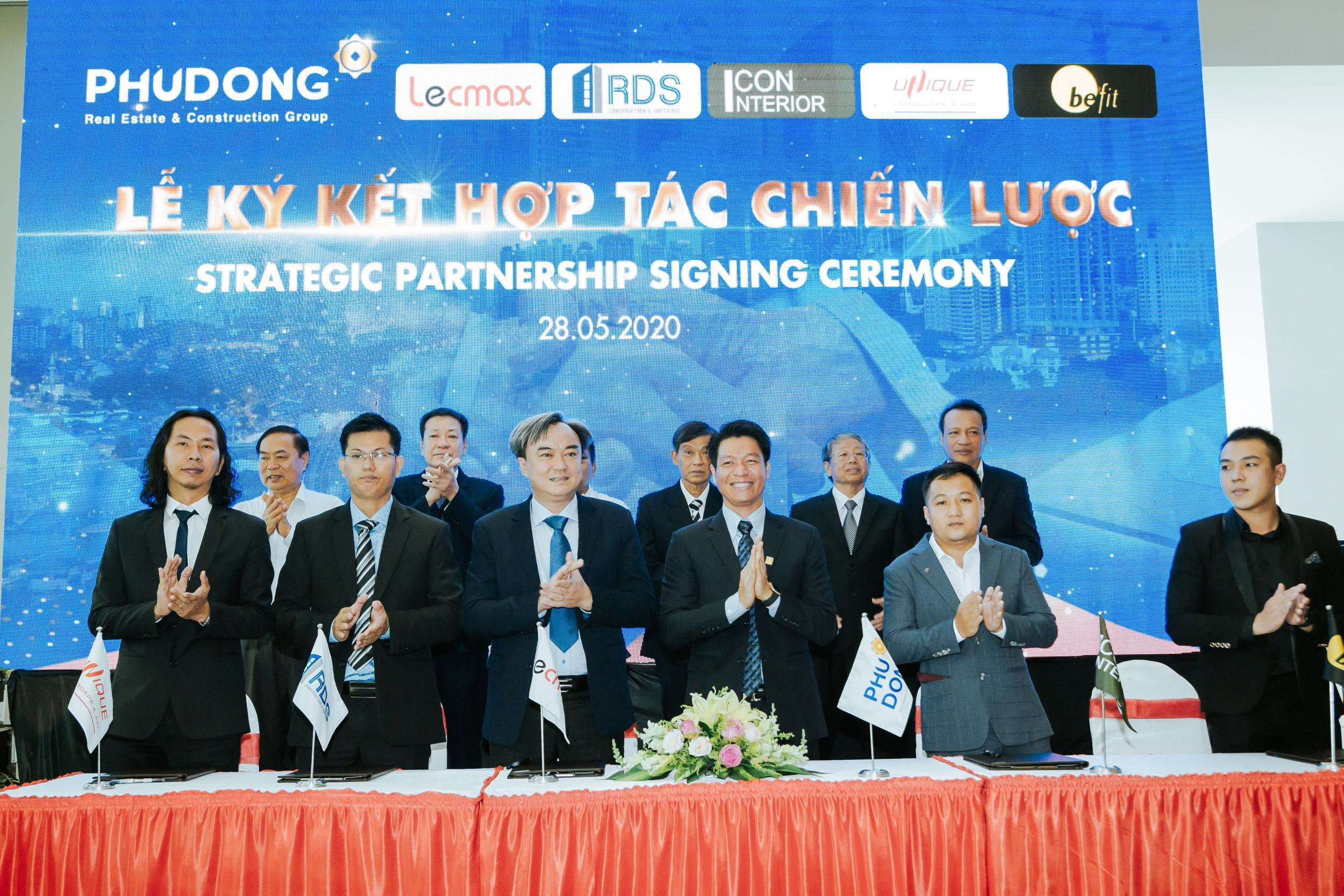 The signing ceremony of strategic cooperation with Phu Dong Group